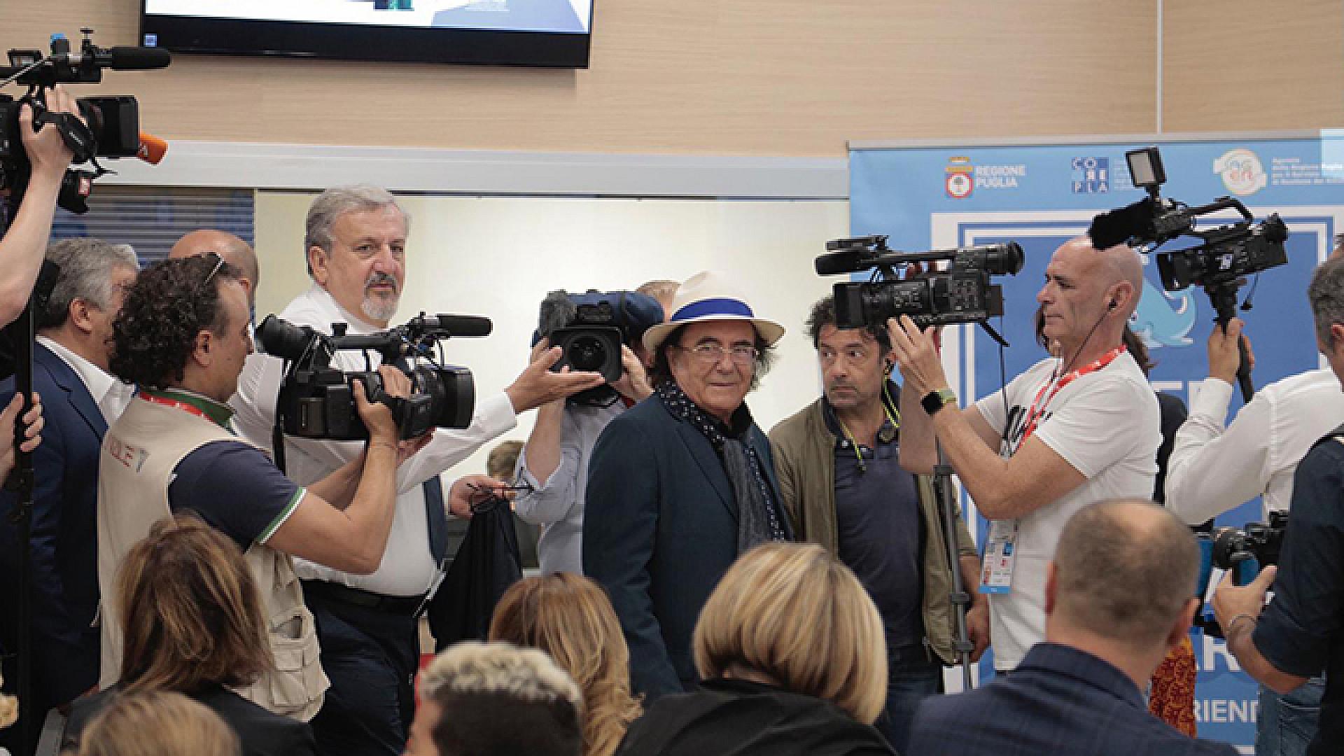"""Barletta vince """"Keep plastic e salva il mare"""", Albano testimonial della premiazione"""